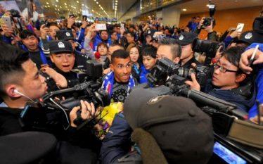 Tevez arrin në Kinë, pritje madhështore për argjentinasin (Foto/Video)