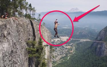 Ecën mes dy maleve nëpër litarin, por shikoni çfarë ndodhë…