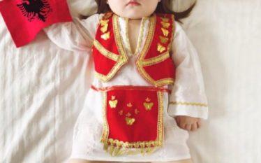 Nëna kineze vesh vajzën e saj me veshje kombëtare shqipëtare…