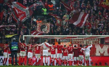 FOTO/ Flamuri shqiptar shpaloset bujshëm në ndeshjen Bajern-Arsenal