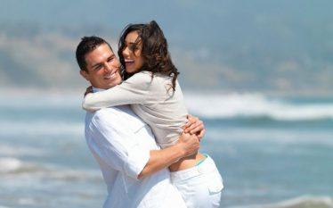 Studimi: Një përqafim i thjeshtë ndihmon shumë në zbutjen e…