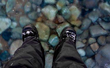 """Burri """"ecën mbi ujë"""", duke shfrytëzuar fenomenin e rrallë natyror…"""