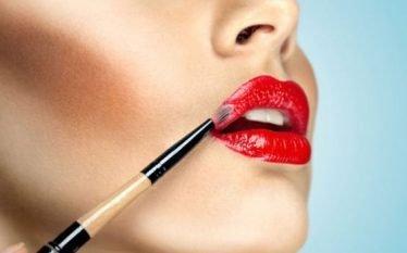 Dy metoda të lehta që i bëjnë buzët të duken…