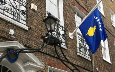 Ambasada e Kosovës në Britani ul flamurin në gjysmështizë
