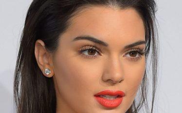 Kendall Jenner tregon të pasmet para pasqyrës
