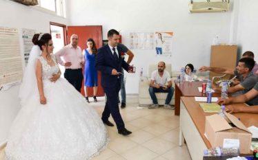 Tjetër dasëm në Qendër Votimi, dhëndrri 'zbulon' votën (Foto)