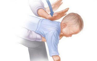 Si ta shpëtoni foshnjën kur i zihet fryma? (Video)