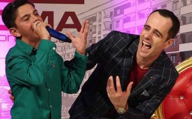 Erjad Korpuzi e 'kallë' atmosferën me këngën e Muharrem Ahmetit…