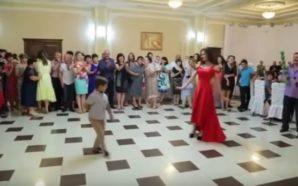 Vogëlushi vallëzon me nënën e tij në dasmë, mysafirët mbesin…