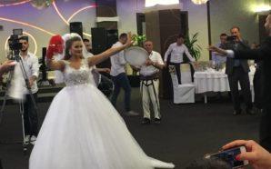 Ndizet atmosfera, ja si vallëzojnë nusja me dhëndrrin (Foto/Video)