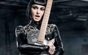 Këngëtarja e njohur heq dorë nga vetëvrasja dhe fton publikisht…