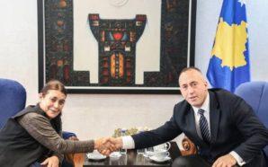 Haradinajn e viziton nëna, thotë se ia zbukuroi ditën