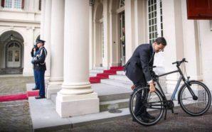 Kryeministri i Holandës shkon te mbreti me biçikletë