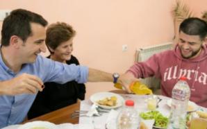 Lumturimi i Nënë Terezës, Veliaj dhe Noizy shërbejnë drekën për…