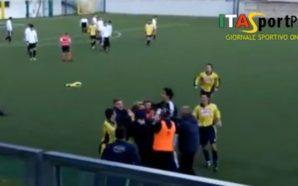 Ndodh edhe kjo: Gjyqtari anësor e feston golin bashkë me…