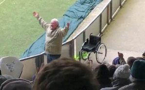Tifozi kërcen nga karroca për të festuar fitoren e ekipit…